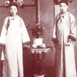 2 ladies of Qing Chinese Imperial Court with Qipao on them. - gemeinfrei
