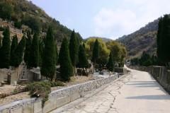 Auf dem Weg zu den Gräbern